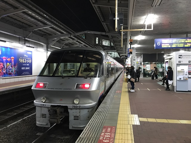 発車前の博多駅