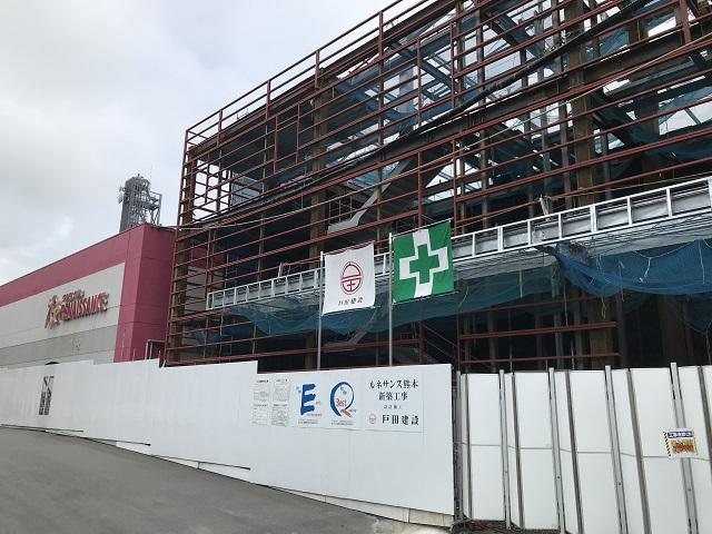 駐車場跡に建設中の新しい店舗