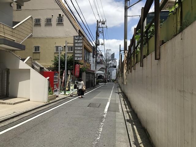 高田馬場駅沿いの道