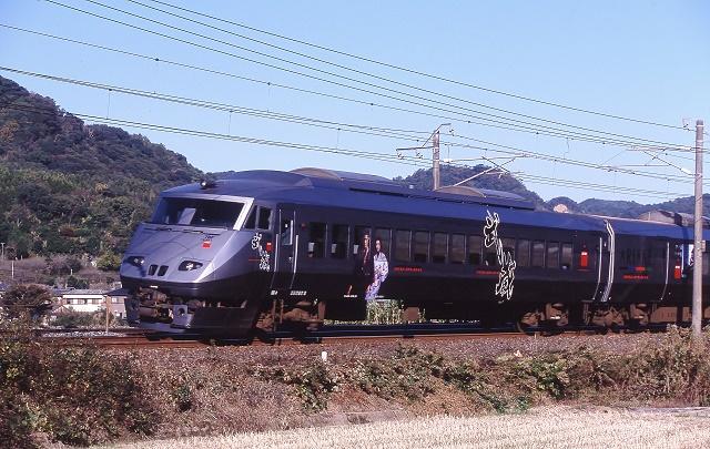木葉と肥後伊倉間を走る武蔵ラッピング列車