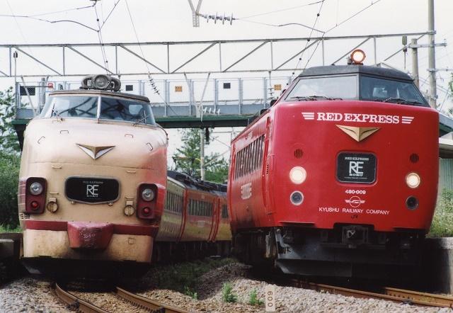 薩摩高城駅で国鉄色と赤い有明の行き合い