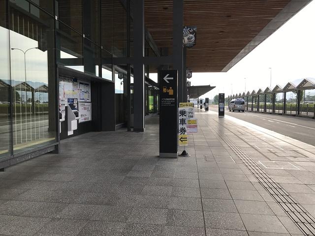 きっぷ売り場とバス乗り場