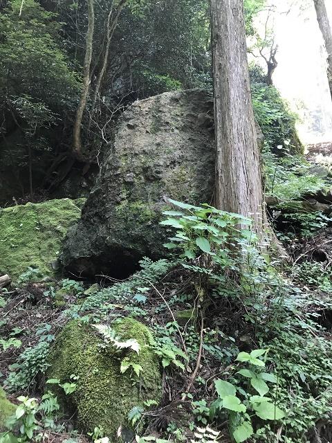 下から見た免の石