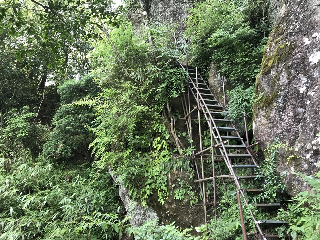 洞窟への階段