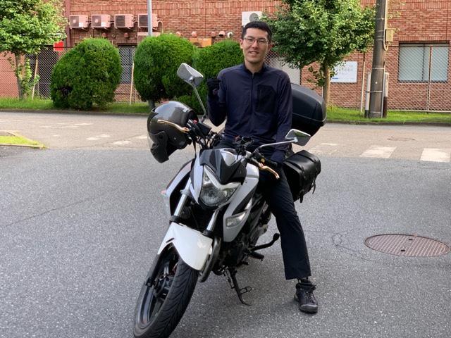 バイクに乗る岩下さん