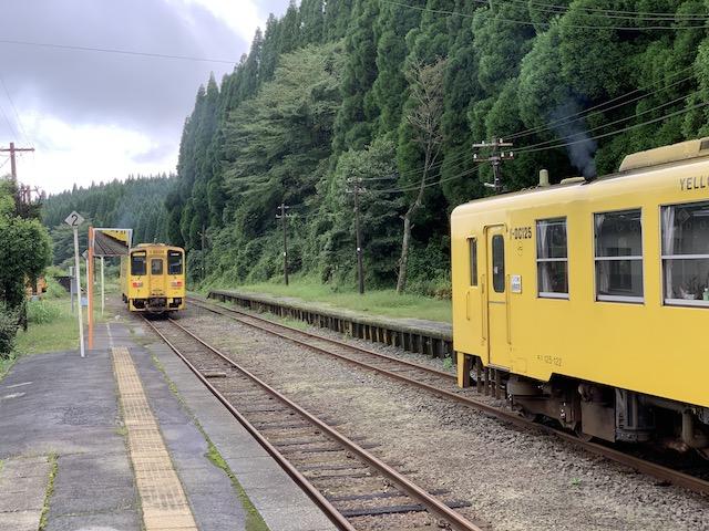 波野駅で行き合い